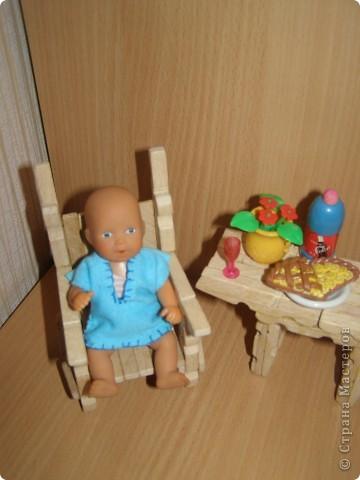 """Сделали мы для наших кукол колодец и немножко мебели. Куклы - они такие, сооруди им кровать - тут же понадобится белье, потом стол, стулья и т.д. Наши уже значительно нас потеснили. Но процесс увлекает. """"Производством"""" кукольной мебелюшки занялся даже наш папа. фото 9"""