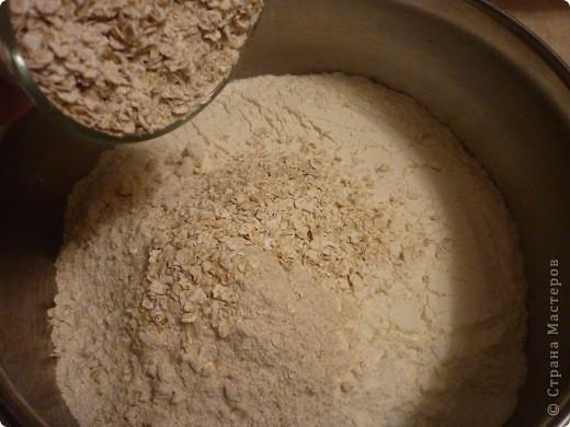 """В этот  традиционный ирландский содовый  хлеб не входят дрожжи, поэтому готовится очень быстро,ведь не надо ждать когда тесто поднимется. Этот рецепт из разряда """"все перемешал и в духовку"""" занимает минут 5))) и плюс выпекается 30мин. Быстрее приготовления еще не встречала.. Конечно он на любителя....лично мне напоминает мои любимые в детстве ржаные лепешечки по 10 коп. Но я думаю у этого хлеба есть  все шансы найти своих ценителей)))) фото 5"""