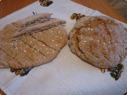 """В этот  традиционный ирландский содовый  хлеб не входят дрожжи, поэтому готовится очень быстро,ведь не надо ждать когда тесто поднимется. Этот рецепт из разряда """"все перемешал и в духовку"""" занимает минут 5))) и плюс выпекается 30мин. Быстрее приготовления еще не встречала.. Конечно он на любителя....лично мне напоминает мои любимые в детстве ржаные лепешечки по 10 коп. Но я думаю у этого хлеба есть  все шансы найти своих ценителей)))) фото 10"""
