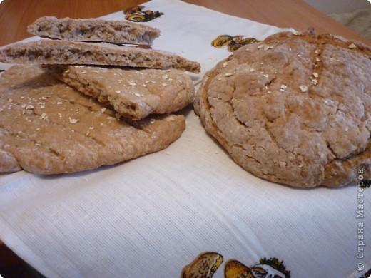 """В этот  традиционный ирландский содовый  хлеб не входят дрожжи, поэтому готовится очень быстро,ведь не надо ждать когда тесто поднимется. Этот рецепт из разряда """"все перемешал и в духовку"""" занимает минут 5))) и плюс выпекается 30мин. Быстрее приготовления еще не встречала.. Конечно он на любителя....лично мне напоминает мои любимые в детстве ржаные лепешечки по 10 коп. Но я думаю у этого хлеба есть  все шансы найти своих ценителей)))) фото 2"""