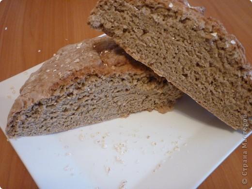 """В этот  традиционный ирландский содовый  хлеб не входят дрожжи, поэтому готовится очень быстро,ведь не надо ждать когда тесто поднимется. Этот рецепт из разряда """"все перемешал и в духовку"""" занимает минут 5))) и плюс выпекается 30мин. Быстрее приготовления еще не встречала.. Конечно он на любителя....лично мне напоминает мои любимые в детстве ржаные лепешечки по 10 коп. Но я думаю у этого хлеба есть  все шансы найти своих ценителей)))) фото 1"""
