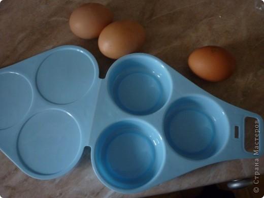 Вот такую форму мне подарили для приготовлении яичницы в микроволновке.Прелесть формы в том,что не надо использовать масло для обжарки,ничего не пригорит и очень быстро готовится. ( меньше 2 минут) «Контейнер для приготовления яиц в СВЧ-печи» (ОАО «Полимербыт»), изготовленный из пищевого пластика. На этикетке  значок о российской сертификации.   Стоит это чудо-форма примерно 40 рублей))) фото 1