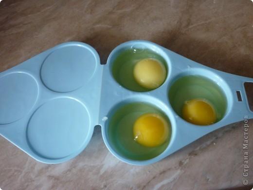 Вот такую форму мне подарили для приготовлении яичницы в микроволновке.Прелесть формы в том,что не надо использовать масло для обжарки,ничего не пригорит и очень быстро готовится. ( меньше 2 минут) «Контейнер для приготовления яиц в СВЧ-печи» (ОАО «Полимербыт»), изготовленный из пищевого пластика. На этикетке  значок о российской сертификации.   Стоит это чудо-форма примерно 40 рублей))) фото 2