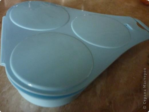 Вот такую форму мне подарили для приготовлении яичницы в микроволновке.Прелесть формы в том,что не надо использовать масло для обжарки,ничего не пригорит и очень быстро готовится. ( меньше 2 минут) «Контейнер для приготовления яиц в СВЧ-печи» (ОАО «Полимербыт»), изготовленный из пищевого пластика. На этикетке  значок о российской сертификации.   Стоит это чудо-форма примерно 40 рублей))) фото 4