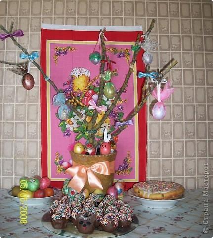 Вот такое пасхальное дерево мы делали всей семьей в прошлом году. Как обычно покрасили яйца, потом акриловыми красками стали их разрисовывать. Но просто лежащими на тарелках они мне не понравились, хотелось праздника! И вот придумалось такое дерево. фото 1
