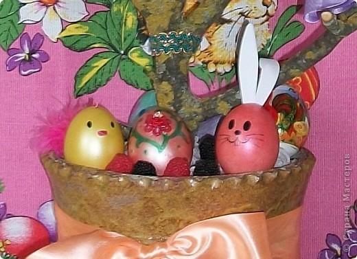 Вот такое пасхальное дерево мы делали всей семьей в прошлом году. Как обычно покрасили яйца, потом акриловыми красками стали их разрисовывать. Но просто лежащими на тарелках они мне не понравились, хотелось праздника! И вот придумалось такое дерево. фото 3