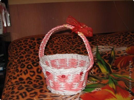 корзиночка подарочная сплетена из офисной бумаги белой и розовой, лак для саун и бань. фото 1