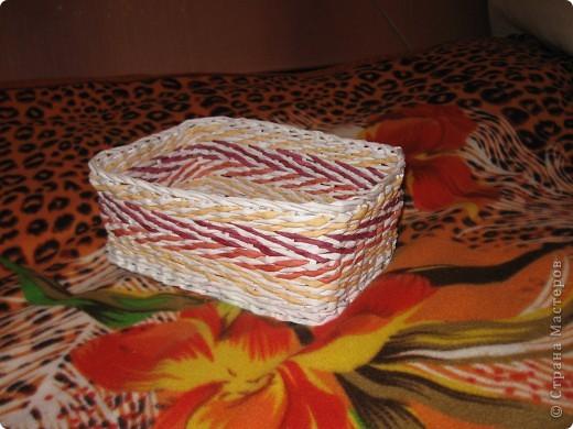 корзиночка подарочная сплетена из офисной бумаги белой и розовой, лак для саун и бань. фото 5