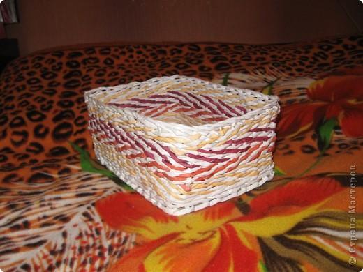 корзиночка подарочная сплетена из офисной бумаги белой и розовой, лак для саун и бань. фото 4