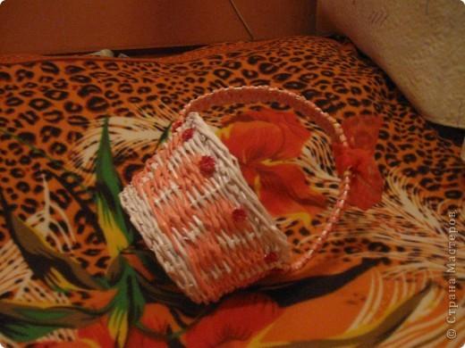 корзиночка подарочная сплетена из офисной бумаги белой и розовой, лак для саун и бань. фото 3