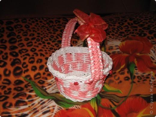 корзиночка подарочная сплетена из офисной бумаги белой и розовой, лак для саун и бань. фото 2