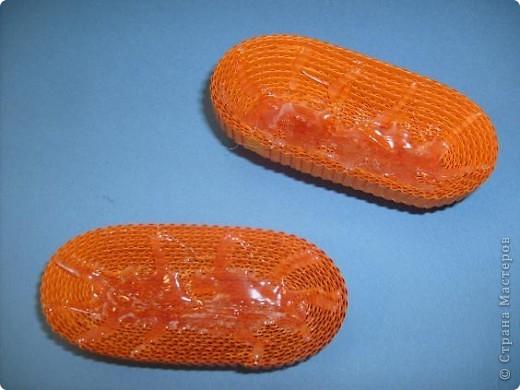 Нам понадобиться ( в скобках-количество полос для джентльмена) Оранжевых полос 43 (48) шт.+1 полоска на проклейку стыков Желтых-4(6) Сливовых (шляпка) -7 (9) полосок термопистолет, глазки, ленточка хорошее настроение Приступим? фото 6