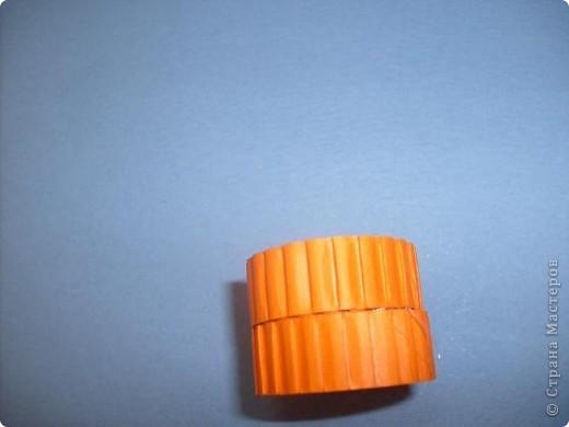 Нам понадобиться ( в скобках-количество полос для джентльмена) Оранжевых полос 43 (48) шт.+1 полоска на проклейку стыков Желтых-4(6) Сливовых (шляпка) -7 (9) полосок термопистолет, глазки, ленточка хорошее настроение Приступим? фото 18