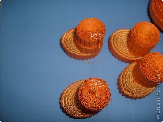 Нам понадобиться ( в скобках-количество полос для джентльмена) Оранжевых полос 43 (48) шт.+1 полоска на проклейку стыков Желтых-4(6) Сливовых (шляпка) -7 (9) полосок термопистолет, глазки, ленточка хорошее настроение Приступим? фото 23