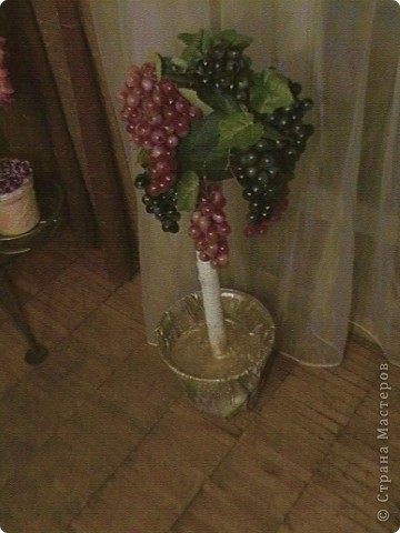 Топиарий- типо виноградное дерево, правда такого не бывает, а у меня дома вот выросло. Идея созрела давно, да и гроздья винограда лежали, да все не доходили руки, а тут у мастерицы увидела, что из таких же веточек сделано дерево, вот и решила тоже вырастить такое дерево. https://stranamasterov.ru/node/351148?c=favorite фото 12
