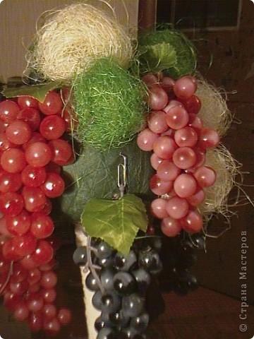 Топиарий- типо виноградное дерево, правда такого не бывает, а у меня дома вот выросло. Идея созрела давно, да и гроздья винограда лежали, да все не доходили руки, а тут у мастерицы увидела, что из таких же веточек сделано дерево, вот и решила тоже вырастить такое дерево. https://stranamasterov.ru/node/351148?c=favorite фото 15