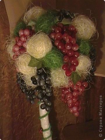 Топиарий- типо виноградное дерево, правда такого не бывает, а у меня дома вот выросло. Идея созрела давно, да и гроздья винограда лежали, да все не доходили руки, а тут у мастерицы увидела, что из таких же веточек сделано дерево, вот и решила тоже вырастить такое дерево. https://stranamasterov.ru/node/351148?c=favorite фото 18