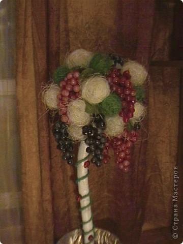 Топиарий- типо виноградное дерево, правда такого не бывает, а у меня дома вот выросло. Идея созрела давно, да и гроздья винограда лежали, да все не доходили руки, а тут у мастерицы увидела, что из таких же веточек сделано дерево, вот и решила тоже вырастить такое дерево. https://stranamasterov.ru/node/351148?c=favorite фото 20