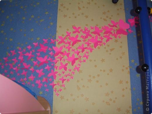 С недавних пор в нашей стране поселились целые рои бабочек в интерьере, и мне они очень понравились, единственное хотелось поселить у себя цветных бабочек. К сожалению в детской комнате только одна стена свободна, за спортивным уголком, поэтому на фото не очень удачно все это смотрится, но в реальности они очень оживили комнату. фото 2