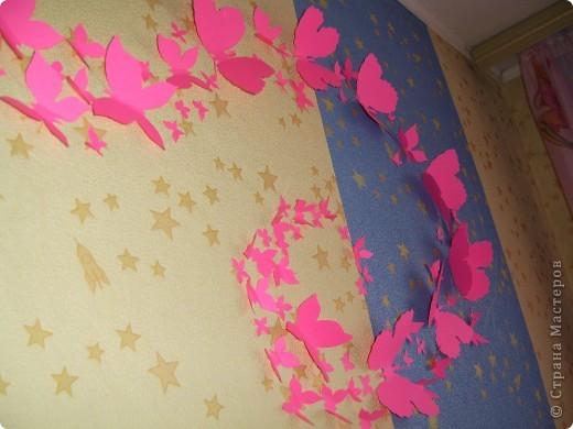 С недавних пор в нашей стране поселились целые рои бабочек в интерьере, и мне они очень понравились, единственное хотелось поселить у себя цветных бабочек. К сожалению в детской комнате только одна стена свободна, за спортивным уголком, поэтому на фото не очень удачно все это смотрится, но в реальности они очень оживили комнату. фото 3