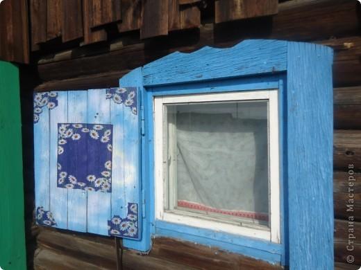 Утром я первым делом смотрю в окна, выходящие в наш сад. Вид рокария обычно радует, теплица на горизонте тоже выглядит неплохо, но вот 2 бочки перед ней …портили все впечатление. Не спасла даже покупка новых - синего и красного цвета. В общем, поняла, что без декупажа никак не обойтись. Вдохновил и пример росписи бочек Maria3D http://stranamasterov.ru/node/259119. Автор любезно согласилась провести мастер-класс прям на месте, т.е. в моем саду. Дети 2,5 и 13 лет активно помогали, спасибо им! фото 7