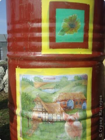 Утром я первым делом смотрю в окна, выходящие в наш сад. Вид рокария обычно радует, теплица на горизонте тоже выглядит неплохо, но вот 2 бочки перед ней …портили все впечатление. Не спасла даже покупка новых - синего и красного цвета. В общем, поняла, что без декупажа никак не обойтись. Вдохновил и пример росписи бочек Maria3D http://stranamasterov.ru/node/259119. Автор любезно согласилась провести мастер-класс прям на месте, т.е. в моем саду. Дети 2,5 и 13 лет активно помогали, спасибо им! фото 3