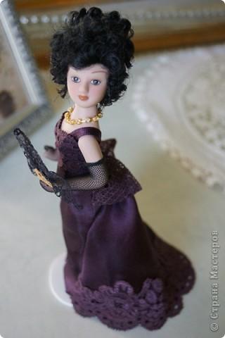 Моя очередная дамочка. С удовольствием ее доработала. Добавила кружево на лиф и подол платья, перчатки и веер. Сменила ожерелье. А так же изменила прическу и чуть подправила макияж.  фото 5