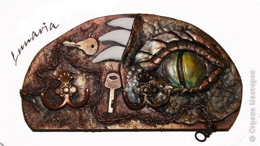 """В продолжение драконьей темы родилась такая вот ключница на 4 связки ключей. Назвала я ее """"Под бдительным оком"""" размеры: 28 х 14,5 см фото 1"""