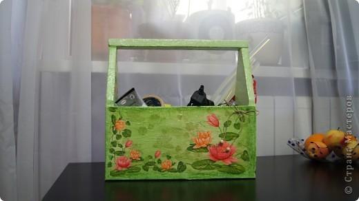 Вот такой вот ящик получился. Мама принесла с работы обычные деревянные ящики для мужа, а я один себе прибрала))) Он мне показался скучным и я его приукрасила) фото 1