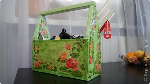 Вот такой вот ящик получился. Мама принесла с работы обычные деревянные ящики для мужа, а я один себе прибрала))) Он мне показался скучным и я его приукрасила) фото 2