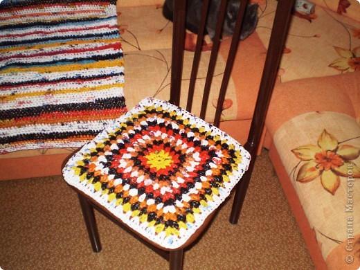 Связала на дачу коврик и сидушки из п/э пакетов.  фото 2