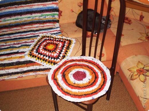 Связала на дачу коврик и сидушки из п/э пакетов.  фото 3