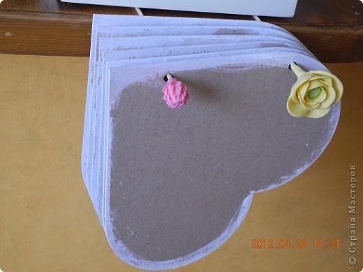Сам готовый альбом перенесла в другой пост -  http://stranamasterov.ru/node/358014 а изначально были такие вот картонные заготовки.  края я затонировала белым акрилом, повесила сушиться.... фото 1