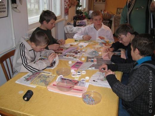 Нашла фотографии с очередной выставки, которая проходила в г. Краснодаре. Решила показать... Эта икона вышита ребятами на уроках по бисероплетению.  фото 2