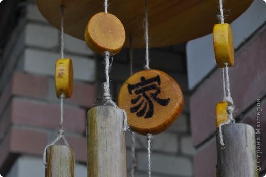 """Сделала декор крылечка нашей """"загородной резиденции"""". Выполнено из бамбуковых трубочек. В магази не такие продаются, как подпорки в цветы. Я их напилила нужной длинны. Верхний большой круг - это покупная круглая разделочная доска. Маленькие кружочки напилила, зашкурила из того, что нашла в лесу. Выжгла Китайские иероглифы - одно из самых мощных и действенных средств Фен-Шуй для привлечения конкретного вида удачи. Вуа-ля. фото 3"""