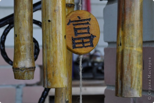 """Сделала декор крылечка нашей """"загородной резиденции"""". Выполнено из бамбуковых трубочек. В магази не такие продаются, как подпорки в цветы. Я их напилила нужной длинны. Верхний большой круг - это покупная круглая разделочная доска. Маленькие кружочки напилила, зашкурила из того, что нашла в лесу. Выжгла Китайские иероглифы - одно из самых мощных и действенных средств Фен-Шуй для привлечения конкретного вида удачи. Вуа-ля. фото 4"""