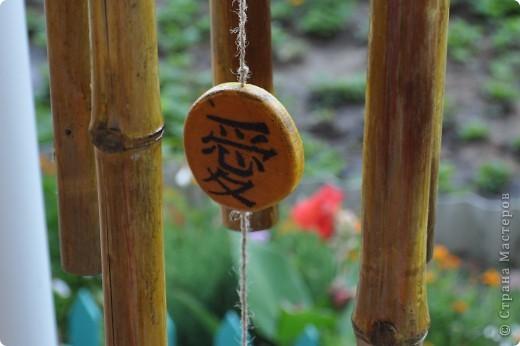 """Сделала декор крылечка нашей """"загородной резиденции"""". Выполнено из бамбуковых трубочек. В магази не такие продаются, как подпорки в цветы. Я их напилила нужной длинны. Верхний большой круг - это покупная круглая разделочная доска. Маленькие кружочки напилила, зашкурила из того, что нашла в лесу. Выжгла Китайские иероглифы - одно из самых мощных и действенных средств Фен-Шуй для привлечения конкретного вида удачи. Вуа-ля. фото 5"""