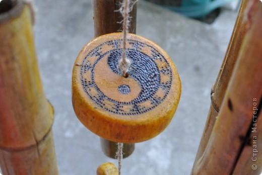 """Сделала декор крылечка нашей """"загородной резиденции"""". Выполнено из бамбуковых трубочек. В магази не такие продаются, как подпорки в цветы. Я их напилила нужной длинны. Верхний большой круг - это покупная круглая разделочная доска. Маленькие кружочки напилила, зашкурила из того, что нашла в лесу. Выжгла Китайские иероглифы - одно из самых мощных и действенных средств Фен-Шуй для привлечения конкретного вида удачи. Вуа-ля. фото 6"""