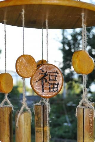 """Сделала декор крылечка нашей """"загородной резиденции"""". Выполнено из бамбуковых трубочек. В магази не такие продаются, как подпорки в цветы. Я их напилила нужной длинны. Верхний большой круг - это покупная круглая разделочная доска. Маленькие кружочки напилила, зашкурила из того, что нашла в лесу. Выжгла Китайские иероглифы - одно из самых мощных и действенных средств Фен-Шуй для привлечения конкретного вида удачи. Вуа-ля. фото 7"""