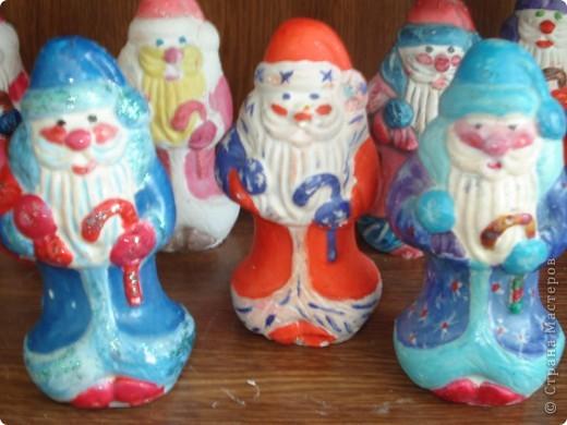 Дед Моро́з — главный сказочный персонаж на празднике Нового года, восточнославянский вариант рождественского дарителя. Изначально в славянской мифологии — олицетворение зимних морозов. Создание канонического образа Деда Мороза как обязательного персонажа новогоднего — а не рождественского — праздника произошло уже в советское время и относится к концу 1930-х гг., когда после нескольких лет запрета вновь была разрешена ёлка.  Обычно изображается в белой или синей шубе, с длинной белой бородой и посохом в руке, в валенках. Ездит на тройке лошадей. Неразлучен со своей внучкой Снегурочкой, обычно изображаемой в белой или серебристой шубе. фото 1