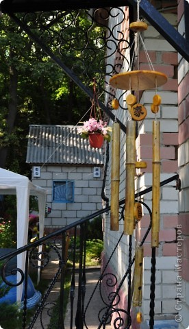 """Сделала декор крылечка нашей """"загородной резиденции"""". Выполнено из бамбуковых трубочек. В магази не такие продаются, как подпорки в цветы. Я их напилила нужной длинны. Верхний большой круг - это покупная круглая разделочная доска. Маленькие кружочки напилила, зашкурила из того, что нашла в лесу. Выжгла Китайские иероглифы - одно из самых мощных и действенных средств Фен-Шуй для привлечения конкретного вида удачи. Вуа-ля. фото 1"""