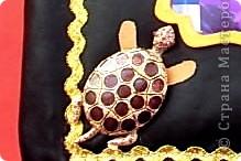 Альбом 19 на 19 см. Обложка - искусственная кожа, отделан золотистой лентой зиг-заг, металлическими подвесками, вырубная рамочка, застегивается на магнит. фото 2