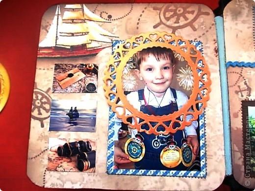Альбом 19 на 19 см. Обложка - искусственная кожа, отделан золотистой лентой зиг-заг, металлическими подвесками, вырубная рамочка, застегивается на магнит. фото 26