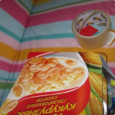 Вот так играет Анюта с новой игрушкой.. взята она с сайта http://madebyjoel.com/2010/06/cereal-box-marble-run.html там есть есть еще интересная игрушка  аквариум.. фото 4