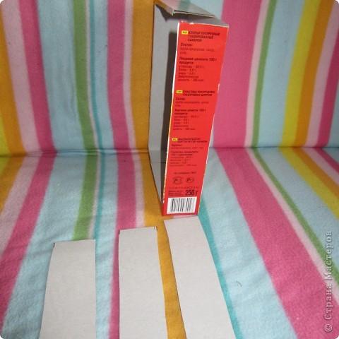 Вот так играет Анюта с новой игрушкой.. взята она с сайта http://madebyjoel.com/2010/06/cereal-box-marble-run.html там есть есть еще интересная игрушка  аквариум.. фото 5