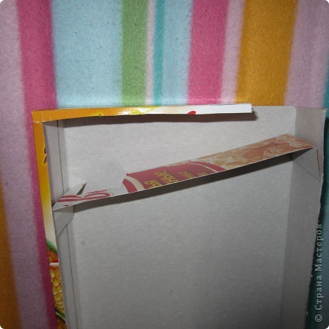 Вот так играет Анюта с новой игрушкой.. взята она с сайта http://madebyjoel.com/2010/06/cereal-box-marble-run.html там есть есть еще интересная игрушка  аквариум.. фото 6