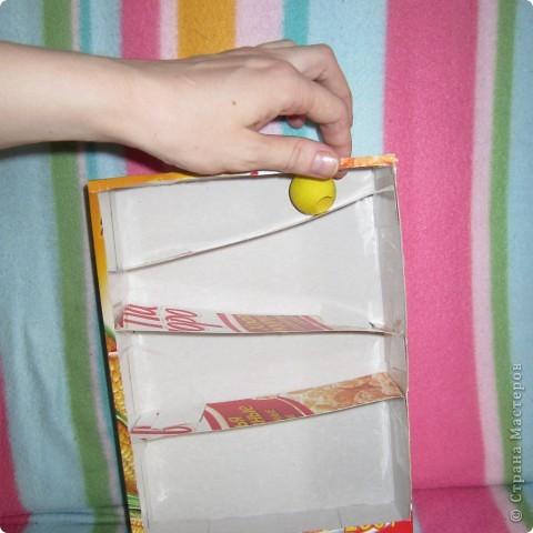 Вот так играет Анюта с новой игрушкой.. взята она с сайта http://madebyjoel.com/2010/06/cereal-box-marble-run.html там есть есть еще интересная игрушка  аквариум.. фото 9