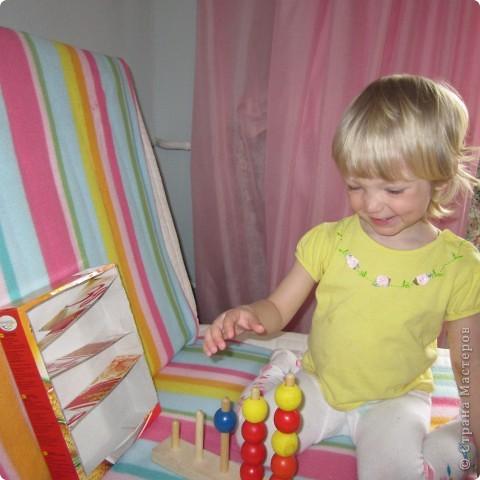 Вот так играет Анюта с новой игрушкой.. взята она с сайта http://madebyjoel.com/2010/06/cereal-box-marble-run.html там есть есть еще интересная игрушка  аквариум.. фото 1