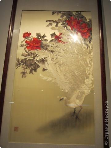 Доброго всем времени суток!  Приглашаю всех пройтись по залу вышивки в рамках биеннале современного китайского искусства.  Все работы - вышивка шёлком.  фото 8