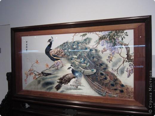 Доброго всем времени суток!  Приглашаю всех пройтись по залу вышивки в рамках биеннале современного китайского искусства.  Все работы - вышивка шёлком.  фото 6